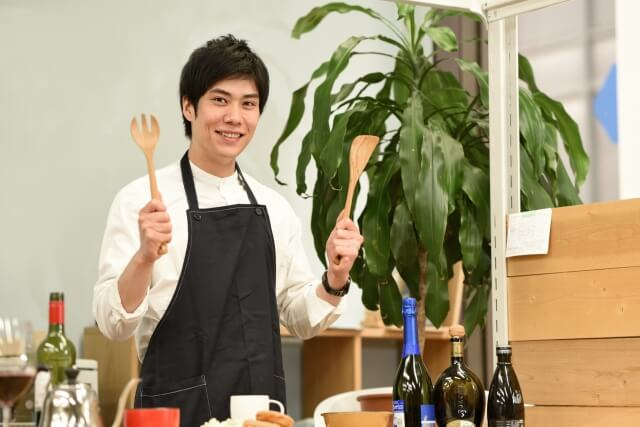 お料理をする男性